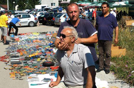 Zašto je 50 tisuća ljudi za jednu noć pogledalo video o kiropraktičaru koji besplatno uštimava kosti na buvljaku u Vitezu?