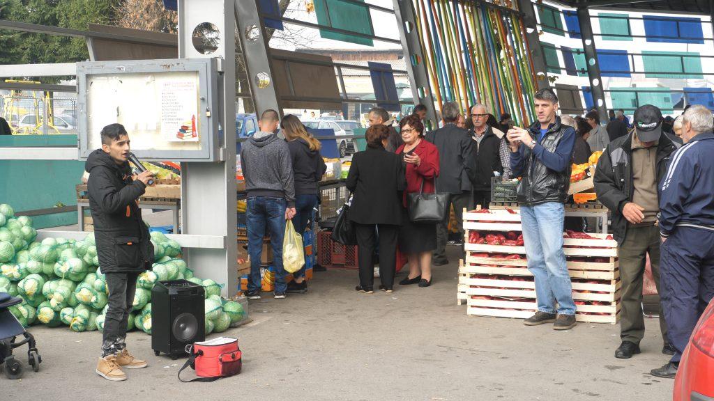 Mladi pjevač na tržnici razgalio srca Vitežana