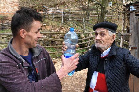 Starina Mustafa u 87. godini dnevno pije deset litara vode