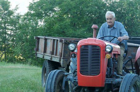 Starinu Ivu koji vozi traktor u 90 godini za jednu noć vidjelo 40 tisuća ljudi diljem svijeta