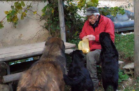 Svaki dan prelazi 40 km da bi nahranio svoga psa